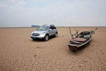 Озеро Поянху, когда-то крупнейшее в Китае пресноводное озеро, иссякло, и автомобили могут теперь ездить по дну озера. (From a source inside China)