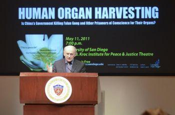 Дэвид Мэйтас, международный адвокат по правам человека, выступает в Институте Мира и Правосудия Джона Б. Крока, Сан Диего, 11 мая. (Alex Li/The Epoch Times)