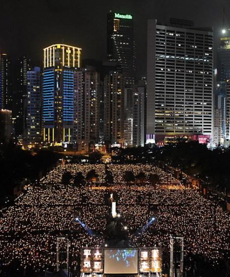 Тысячи людей приняли участие в акции с зажжёнными свечами в Гонконге 4 июня 2011 года в ознаменование 22 годовщины бойни на площади Тяньаньмэнь. Фото: Mike Clarke/Getty Images