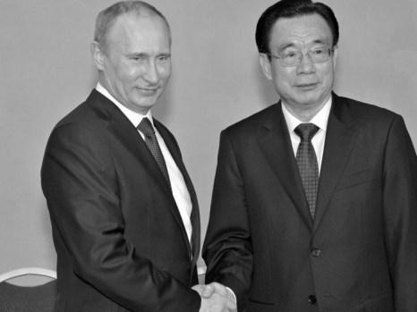 Президент России Владимир Путин (слева) и Хэ Гоцян (справа), один из руководителей коммунистической партии Китая, на ежегодном экономическом форуме в Санкт-Петербурге, 21 июня. Фото: Alexei Nikolsky/AFP/Getty Images)