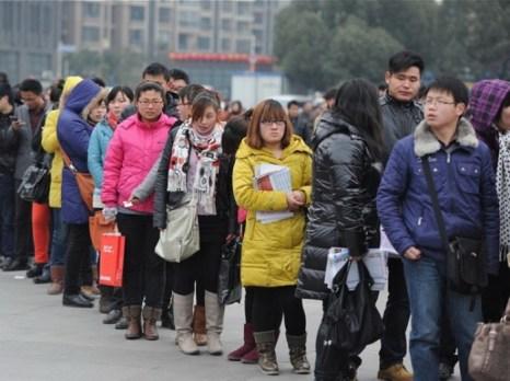Китайцы, ищущие работу, на ярмарке вакансий в городе Хэфэй провинции Аньхой на востоке Китая, 4 февраля. Спад в экономике Китая лишил рабочих мест 20 миллионов человек. Фото: STR/AFP/Getty Images