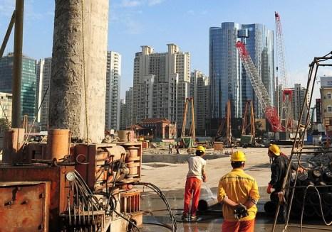 Рабочие в Шанхае 9 октября 2011 года. Официальные данные по ВВП в Китае скрывают ключевые проблемы, которые сильно его обесценивают. Фото: Mark Ralston/AFP/Getty Images