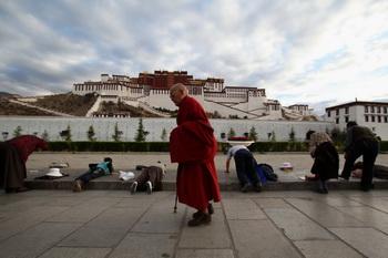 Перед дворцом Потала в Лхасе. Фото: Feng Li/Getty Images