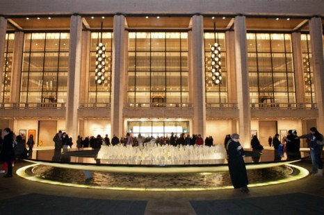 Люди у фонтана Линкольн-центра ждут начало концерта Shen Yun Performing Arts 11 января 2012 года. Фото: Benjamin Chasteen/The Epoch Times