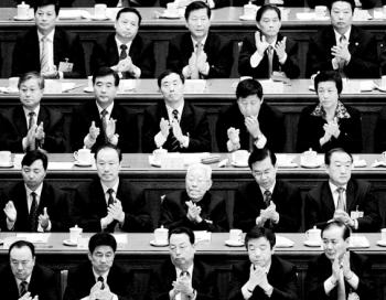 Делегаты приветствуют результаты голосования во время съезда коммунистической партии Китая в Большом Народном Зале, 21 октября 2007 года, Пекин. Фото: Andrew Wong/Getty Images