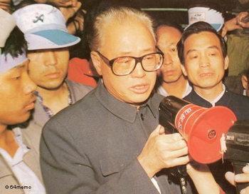 Чжао Цзыян встретился со студентами, протестующими на площади Тяньаньмэнь, до резни 4 июня 1989 года. Фото с сайта weibo.com