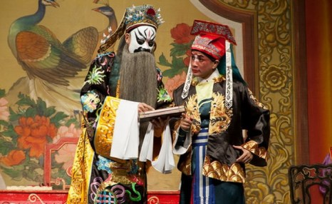 Значение масок, используемых в китайской опере, может быть тайной для посторонних, но любителям китайской оперы, которые знакомы с китайским искусством, достаточно лишь одного взгляда — и они могут легко определить характер и даже роль, которую герою предстоит сыграть в опере. Фото: Alcuin/Flickr