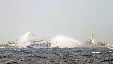 Японские и тайваньские суда береговой охраны использовали брандспойты, когда столкнулись около спорных островов Дяоюй/Сенкаку в территориальных водах в Восточно-Китайском море 25 сентября 2012 г. Военные расходы опередили стратегию, и новый статус вселил кое-кому в вооружённых силах  самоуверенность, которая не предвещает ничего хорошего для региона. Фото: Sam Yeh/AFP/Getty Images
