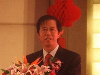 Линь Дун выступает с речью на мероприятии в Китае, до того, как его махинации были раскрыты. Фото с сайта ctbb.com.cn