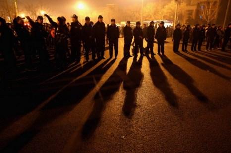 Полиция перекрыла дорогу, 17 февраля 2011 года. Заявители, отправляющиеся с жалобами в Пекин, недавно получили послабление от пекинской полиции. Фото: Feng Li/Getty Images
