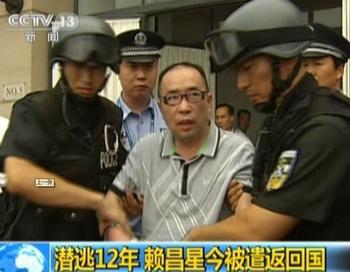 Захват контрабандиста, снятый телевидением 23 июля 2011 года. Лай Чансин — самый разыскиваемый человек в Китае и очень успешный контрабандист, был приговорён к пожизненному заключению. Фото: STR/AFP/Getty Images