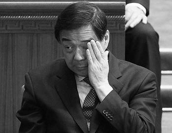 Бо Силай — опальный чиновник, который якобы был борцом с преступностью и коррупцией в Чунцине, где являлся председателем горкома партии до того, как его отстранили в марте. Сейчас Бо находится под следствием за «серьёзные дисциплинарные нарушения». Источники в коммунистической партии Китая (КПК) рассказали, что Бо, как полагают, получил не менее одного миллиарда юаней (159 млн долларов США) в виде взяток. Жена Бо была обвинена и арестована за причастность к убийству британского бизнесмена. Фото: Lintao Zhang/Getty Images