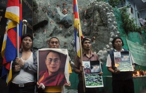 Тибетцы в изгнании, находящиеся в Индии, участвуют в круглосуточной акции протеста 17 июля по случаю самосожжения буддистского монаха в монастыре в тибетском регионе Амдо. Тибетцы, проживающие за рубежом, недавно обратились за помощью в Голливуд для сбора подписей и всеобщей эстафеты с факелом. Фото: Lobsang Wangyyal /AFP/ Getty Images