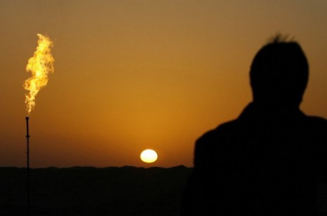 Восход солнца над нефтяными месторождениями Тачжуна в пустыне Такламакан в  китайской провинции  Синьцзян. Фото: Frederic J. Brown/AFP/Getty Images