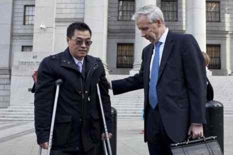 Оливер Пэн, бывший сборщик денег для контроллера Джона Лю, перед Окружным судом Соединенных Штатов в Манхэттене со своим адвокатом Грегори Райаном 16 апреля в Нью-Йорке. Фото: Samira Bouaou/The Epoch Times
