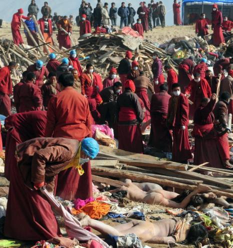 В Китае тибетские монахи кремировали жертв землетрясения. Фото:FREDERIC J. BROWN/AFP/Getty Images