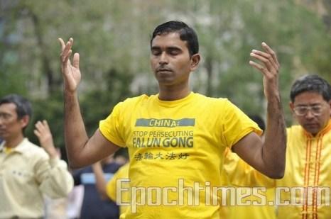 Суман Шринивасан выполняет упражнение Фалуньгун. Июнь, 2010 год. Фото: The Epoch Times