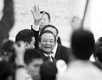 Китайский премьер Вэнь Цзябао приветствует СМИ после пресс-конференции на ежегодной сессии Всекитайского собрания народных представителей (ВСНП) в Большом Народном Зале, Пекин, 14 марта 2012 года. Фото: Liu Jin/AFP/Getty Images