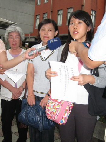 Чжун Ай (справа) вместе с матерью 27 июня обратились в управление президента Тайваня. Фото: Чун Юань/Великая Эпоха (The Epoch Times)