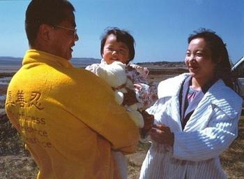 Минхуэй с родителями. Фото: epochtimes.com