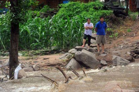 Дорогу от этой деревни смыло и жители не смогли эвакуироваться. Фото: kanzhongguo.com