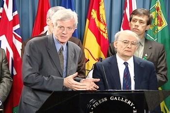 Дэвид Мэйтай и Дэвид Килгур на пресс-конференции, посвящённой их отчёту об извлечении органов в Китае. 2006 год. Фото: The Epoch Times