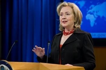 Госсекретарь США Хилари Клинтон представляет ежегодный доклад по правам человека в мире за 2010 год. Фото: AFP PHOTO/Nicholas KAMM