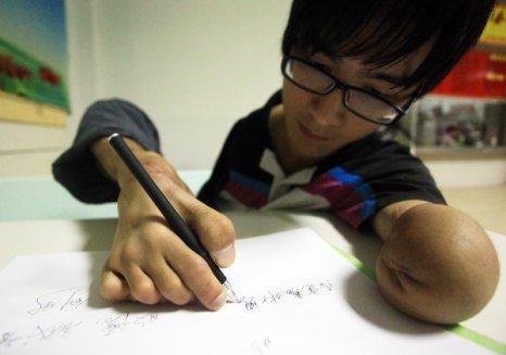 Фань Лин не отчаивается по поводу своей инвалидности и ведёт активный образ жизни. Октябрь 2011 год. Фото с news.21cn.com