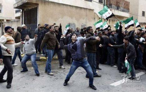 Сирийцы забрасывают камнями посольство Китая в Ливии. Триполи. 6 февраля 2012 год. Фото: kdnet.net