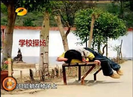 Некоторые школьники от недостатка еды обессилены настолько, что не могут посещать уроки физкультуры, и просто лежат на лавках. Китай. 2011 год. Фото с epochtimes.com
