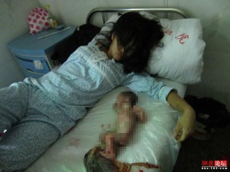 Фэн Цзянмэй и её мёртвый ребёнок. Июнь 2012 год. Фото с epochtimes.com