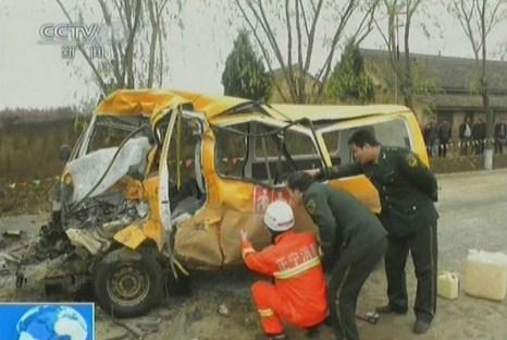 В результате аварии пострадали более 60 детей. Провинция Ганьсу. Ноябрь 2011 год. Фото с news.qq.com
