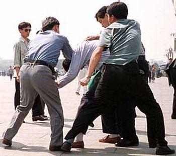 Китайские полицейские арестовывают последователя Фалуньгун. Пекин. Фото с epochtimes.com