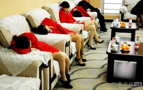 Девушки из обслуживающего персонала «Ярмарки научных и технологических достижений Китая 2011» отдыхают во время небольшого перерыва. Город Чанша провинции Хунань. 7 ноября 2011 год. Фото с news.ifeng.com