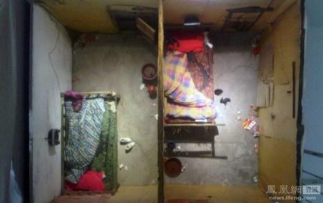 Так называемая «половая комната». Таких заведений становится всё больше в китайских деревнях. В связи с усиливающимся в стране гендерным дисбалансом, деревенским мужчинам всё больше не хватает женщин. В таких комнатах нелегально предоставляются сексуальные услуги крестьянам. Стоимость 30 юаней ($4,6), наблюдение за происходящим в комнате через отверстия в потолке и стенах 1 юань. Окраина Пекина. 12 ноября 2011 год. Фото: news.ifeng.com
