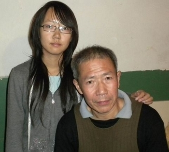 Цинь Юнмин со своей дочерью. Ноябрь 2010 год. Фото предоставил Цинь Юнминь
