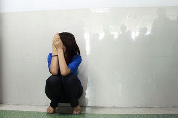 Расстроенная мать девочки сидит возле входа дверей больницы. Провинция Гуандун. Октябрь 2011 год. Фото с aboluowang.com