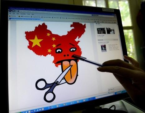 Карикатура на жёсткий контроль информации в Китае. Фото: HOANG DINH NAM/AFP