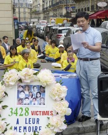 Мирная акция протеста против преследования сторонников Фалуньгун коммунистическим режимом КНР. Напротив китайского посольства в Париже, Франция. 2011 год