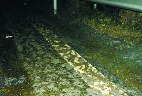 Испаряющаяся серная кислота на дороге. Город Чунцин. Ноябрь 2011 год. Фото с epochtimes.com
