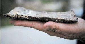 10 тысяч юаней слиплись в один кусок. Октябрь 2011 год. Провинция Хэнань. Фото: news.dahe.cn