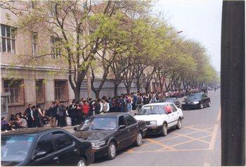 Во время апелляции 25 апреля в Пекине. 1999 год. Фото с minghui.org