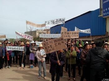 Китайские крестьяне протестуют против отъёма чиновниками земли. Фото с epochtimes.com
