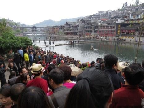 Протесты местных жителей древнего города Фэнхуан. Апрель 2013 год. Фото с epochtimes.com