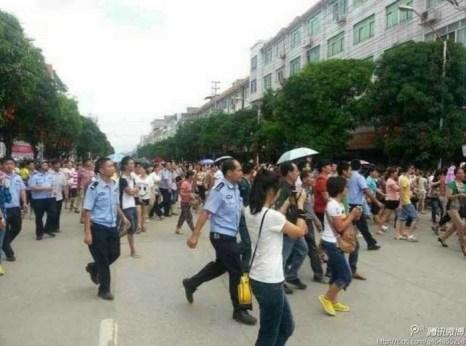 Протесты жителей китайского уезда Шаньлинь, требующих от властей обеспечить безопасность их земляков в Гане. Июнь 2013 года. Фото с epochtimes.com