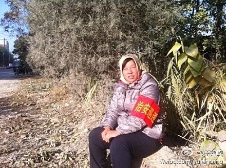 Одна из 1,4 миллиона добровольцев-дружинников в Пекине, мобилизованных для охраны порядка во время съезда. Фото с epochtimes.com