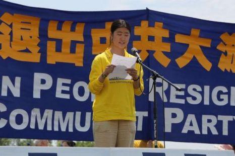 Лю Цзюньчень рассказывает о ситуации своей семьи на митинге, посвящённом выходу из организаций компартии Китая. Фото с epochtimes.com