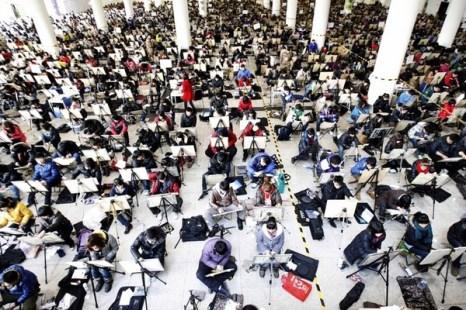 Более 6400 человек приняли участие во вступительном экзамене в художественную школу провинции Шаньдун. Всего же на участие в подобных экзаменах в 426 китайских ВУЗах заявления подали более 80 тысяч человек. 2 февраля 2012 год. Фото с news.ifeng.com