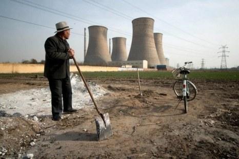 Поле, примыкающее к забору химического завода. Провинция Хэнань. Фото с epochtimes.com