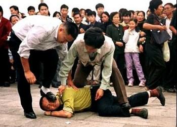 Китайские полицейские агенты арестовывают последователя Фалуньгун. Фото с epochtimes.com